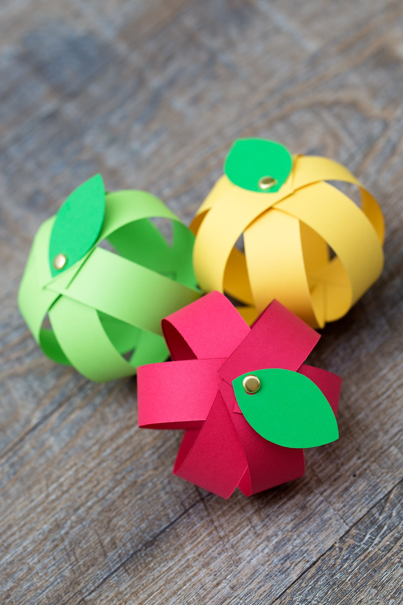Best ideas about Crafts For Kids . Save or Pin Make Your Own Easy Paper Apple Craft with Free Printable Now.