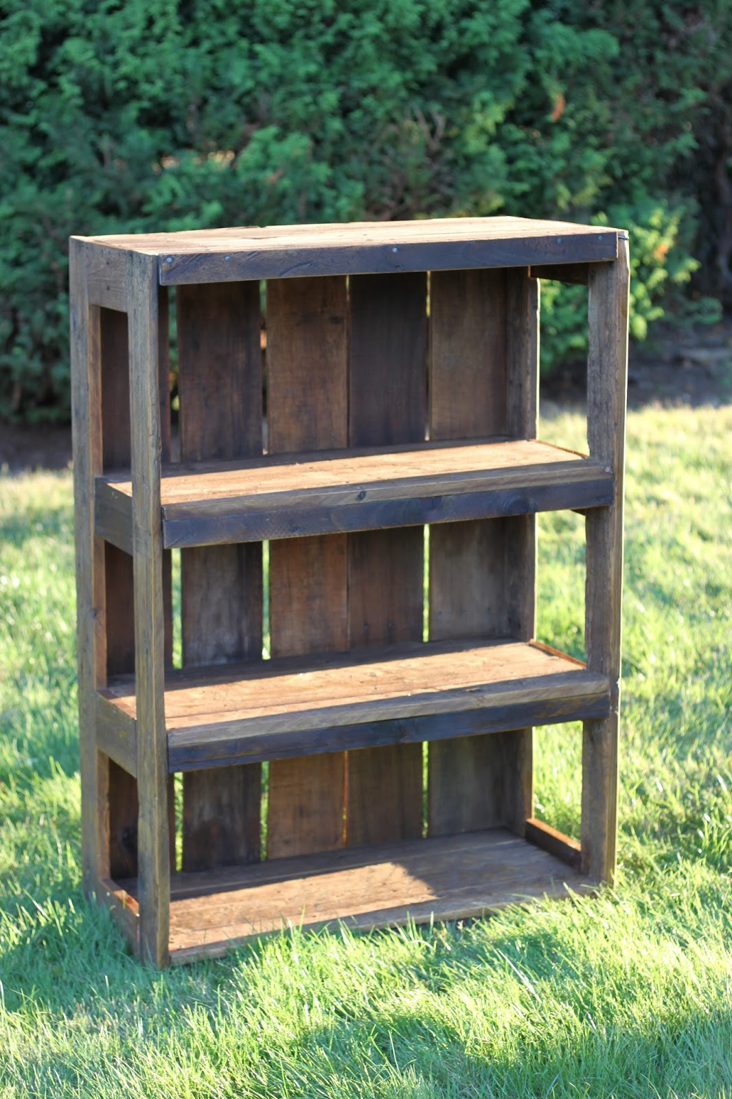 Best ideas about DIY Wood Bookshelves . Save or Pin Made with Love that Can be Felt DIY Pallet Bookshelf  Now.