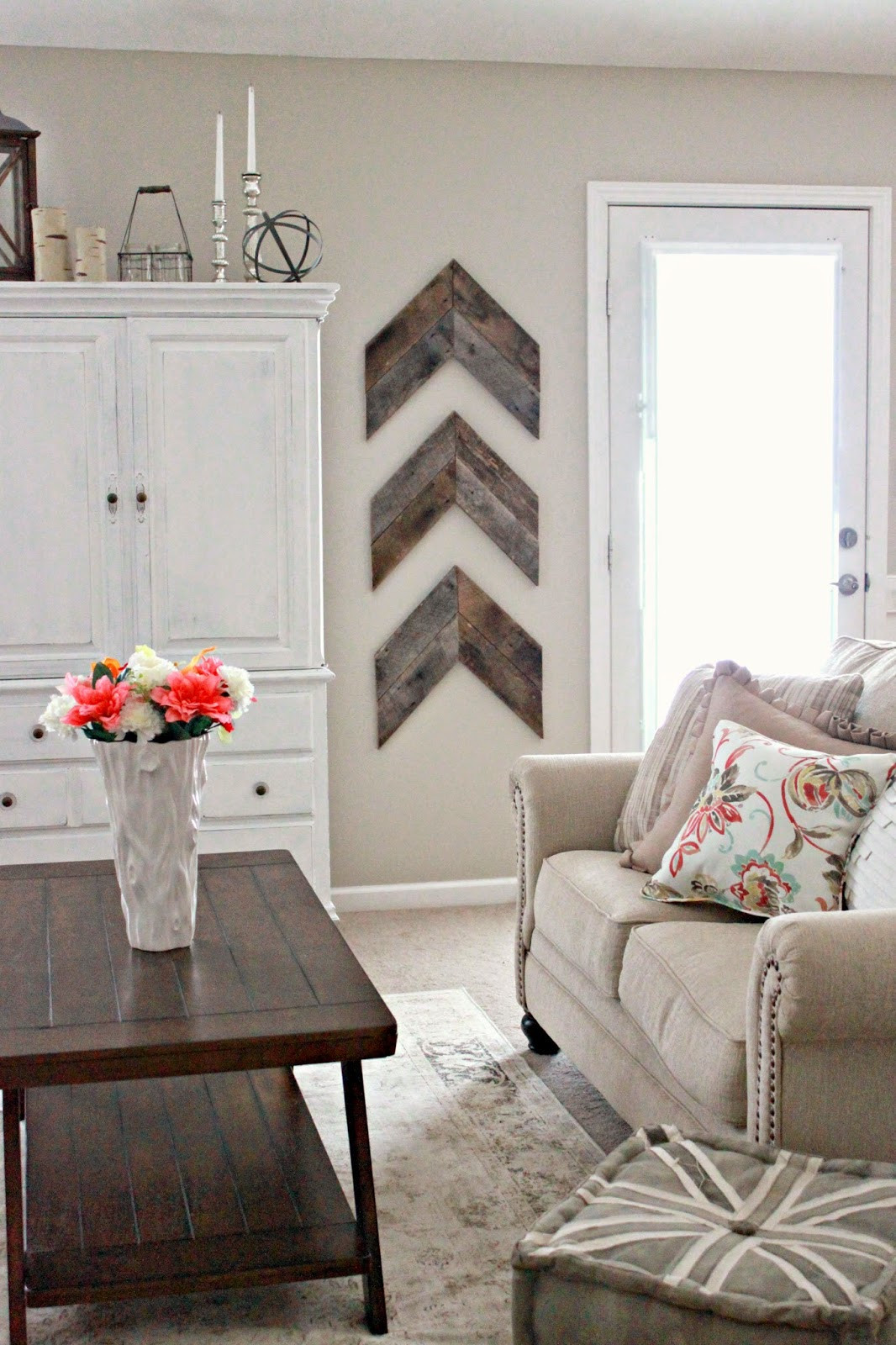 Best ideas about Living Room Wall . Save or Pin 15 Striking Ways to Decorate with Arrows Now.