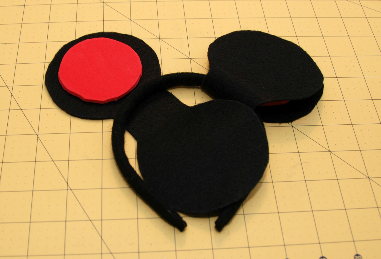 Best ideas about DIY Minnie Mouse Ears . Save or Pin e Creative Housewife DIY Mickey & Minnie Mouse Ears Now.